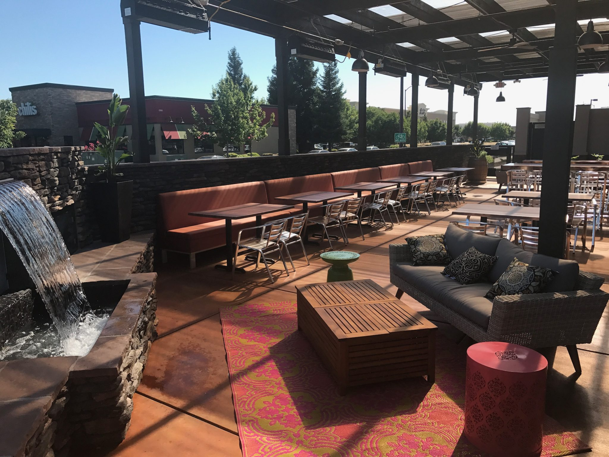 Spacious outdoor patio at Yuba City Pete's.